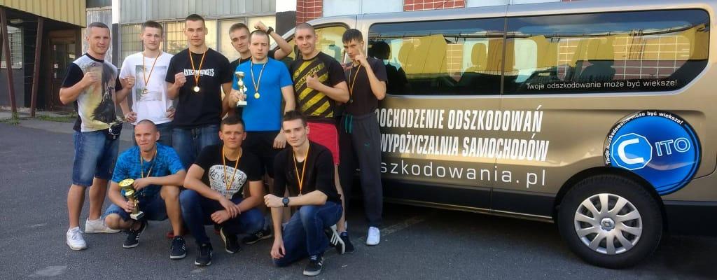 Zawodnicy Nak Muay obok samochodu Cito podczas wyjazdu do Warszawy na zawody.
