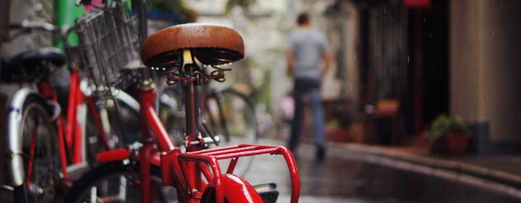 Rower na mokrym chodniku