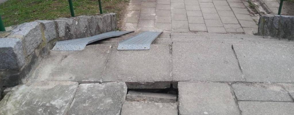 Dziura wchodniku – zapadnięta płyta chodnikowa.
