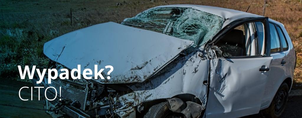 Rozbity biały samochód