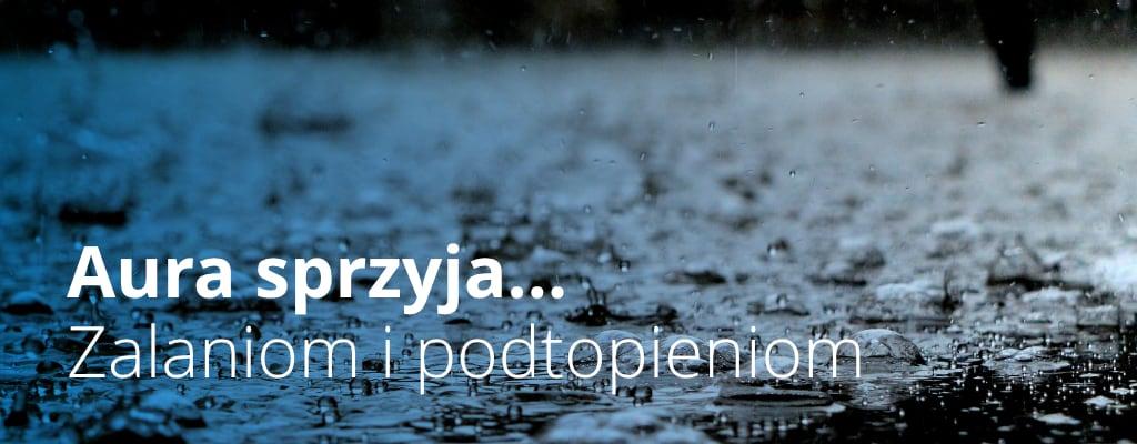 Kałuża, padający deszcz.